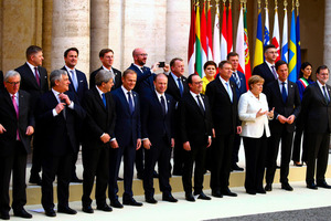 ローマで25日、記念撮影にのぞむ欧州連合(EU)の首脳ら=ロイター