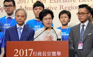 当選後、家族や支持者とともに記者会見する林鄭月娥氏(中央)=26日、香港の香港会議展覧センター、益満雄一郎撮影