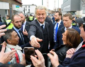 有権者らとの握手に応じるPVVのウィルダース党首=3月11日、オランダ・ヘーレン、山尾有紀恵撮影