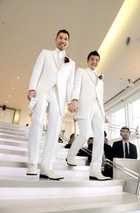 チャペルでバージンロードを歩く田中俊行さん(左)と原口真一さん=福岡市中央区