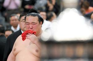優勝決定戦で照ノ富士を下し、表彰式で涙を拭う稀勢の里=伊藤進之介撮影