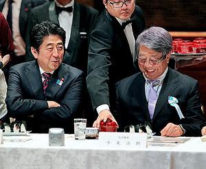 日本アカデメイアの会合で安倍晋三首相(左)と談笑する牛尾さん=2013年5月17日、東京都内
