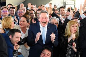 ドイツ・ザールラント州のザールブリュッケンで26日、州議会選挙の出口調査結果をテレビで知り喜ぶキリスト教民主同盟(CDU)の支持者たち=AFP時事