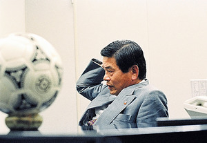 1992年、Jリーグ開幕前年の本人。「日本代表時代にデュイスブルクで見たスポーツシューレ。企業の論理を前に、地域社会の人が楽しめるそんな施設をイメージできたことで、説得力が生まれたのではないかな」