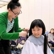「髪の寄付」親子で学ぶ 実際にカット、ウィッグ試着も