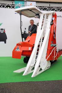 クボタが発売するい草収穫機「いぐさハーベスタ」=27日、熊本市中央区の熊本県庁前