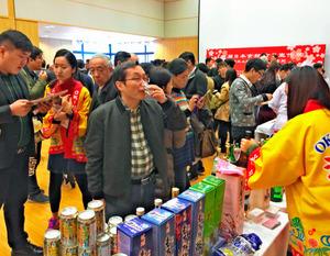 沖縄ブースでは泡盛の試飲などもありにぎわった日本食の宣伝会=北京市