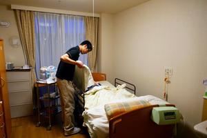 入居者が手厚い介護を受けられる特養。利用料は要介護度に応じて定額になっている=横浜市保土ケ谷区