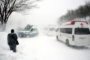 現場付近は地吹雪が吹き荒れていた=27日午後3時37分、栃木県那須町、恵原弘太郎撮影
