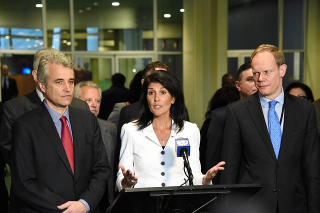 核兵器禁止条約の交渉開始に合わせ、国連本部で反対を表明する米国のヘイリー国連大使(中央)=3月27日、米ニューヨーク、鵜飼啓撮影