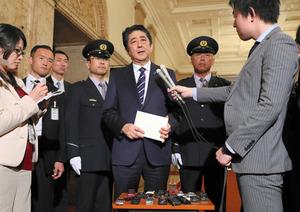 新年度予算が成立し、記者の質問に答える安倍晋三首相(中央)=27日午後7時40分、国会内、岩下毅撮影
