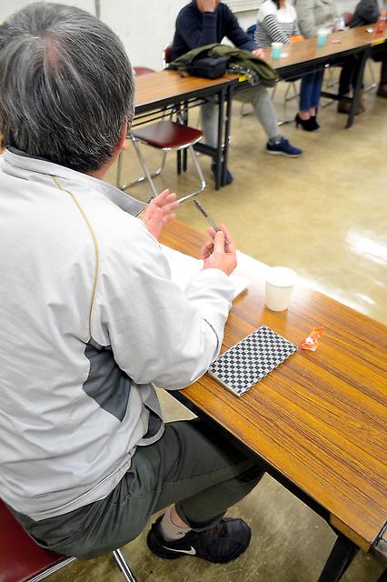 「ギャンブル」編で紹介した男性は依存症患者の自助グループ「北九州無限会」の例会で進行役を務める=1月、北九州市