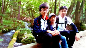 昨年春、父親の慎二さん(右)ら家族と一緒に山登りに行ったときの浅井譲さん(左、慎二さん提供)