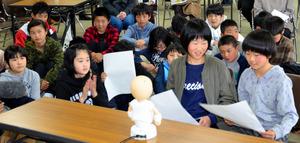 ロボットとの会話を楽しむ子どもたち=いずれも奈義町豊沢