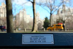 ニューヨーク・マンハッタンへの思いをつづったプレート=坂本真理氏撮影