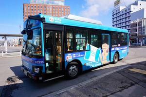 ニモカをラッピングした函館バス=15日、函館市