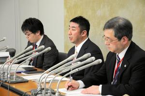 提訴後に会見する夫の長浜明雄さん(中央)らは「二度と同じようなことが起こらないように、責任の所在や原因をはっきりする必要がある」と訴えた=28日、東京・霞が関の厚生労働省