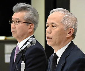 東京電力ホールディングスの広瀬直己社長(右)と、中部電力の勝野哲社長