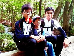 昨年春、父親の慎二さん(右)ら家族と一緒に山登りに行ったときの浅井譲さん(左)=慎二さん提供