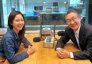 生放送直後の道上洋三(右)と、11代目アシスタントの吉田詩織