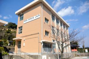 無償貸与される旧改新小学校の校舎=鹿児島市の桜島