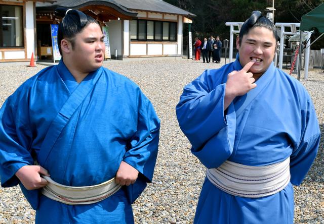 双子の兄弟の見分け方を尋ねられ、「自分、前歯抜いたんで」と語る弟の貴源治(右)と兄の貴公俊