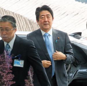 首相官邸に入る安倍晋三首相=29日午前9時19分、岩下毅撮影