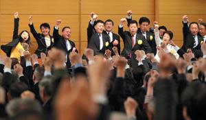 「美しい日本の憲法をつくる国民の会・中央大会」の最後に、壇上で「勝ちどき」をあげる国会議員ら=29日午後5時42分、東京・永田町、越田省吾撮影