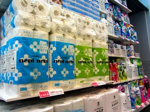 セブン―イレブンは4月19日から日用雑貨を値下げし、品ぞろえを拡充する=東京都内