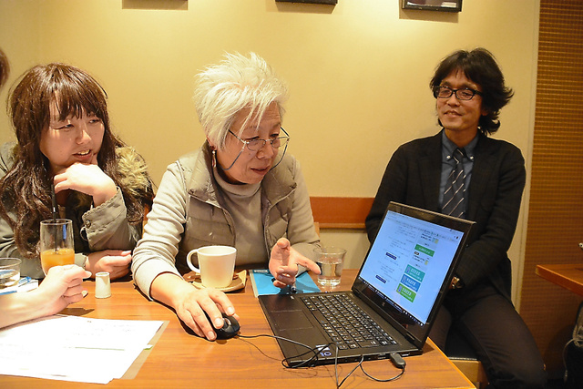 大井さん(中)らがサイトについて議論する様子を見守る日本医科大武蔵小杉病院の勝俣さん(右)=東京都文京区