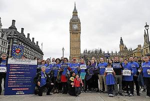 ロンドンの国会議事堂近くで29日、英国のEU離脱について抗議する人々=AFP時事