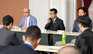 IR推進会議の冒頭であいさつする松井一郎・大阪府知事(中央)。左隣は座長の溝畑宏・大阪観光局長=30日午前10時33分、府庁