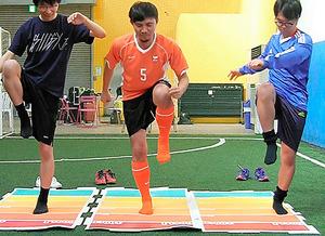<100cm走> 1メートルをいかに遅く走るかを競う「100cm走」=世界ゆるスポーツ協会提供