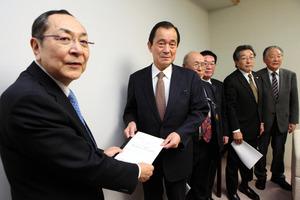 ベトナム向け輸出リンゴの検疫緩和について要請書を手渡す阿保直延会長(左から2番目)=県庁
