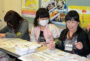 名古屋LGBT成人式にボランティアとして参加したマキ(中央)=2月、名古屋市