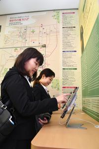 観光情報を検索しやすいようタブレット端末も用意している=橿原市久米町
