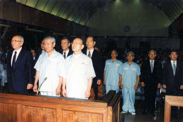 1996年8月26日、ソウル地裁に出廷した盧泰愚(前列中央)、全斗煥(同右)両元大統領。一審判決は全氏に死刑、盧氏に懲役22年6カ月を宣告した=東亜日報提供