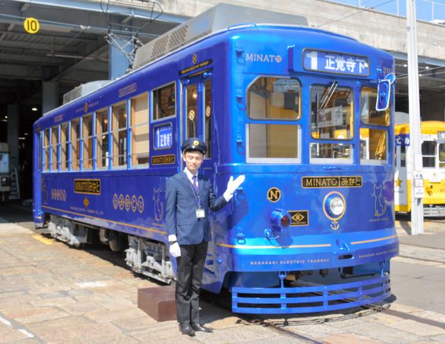 報道陣に公開された長崎電気軌道の路面電車「みなと」=長崎市大橋町