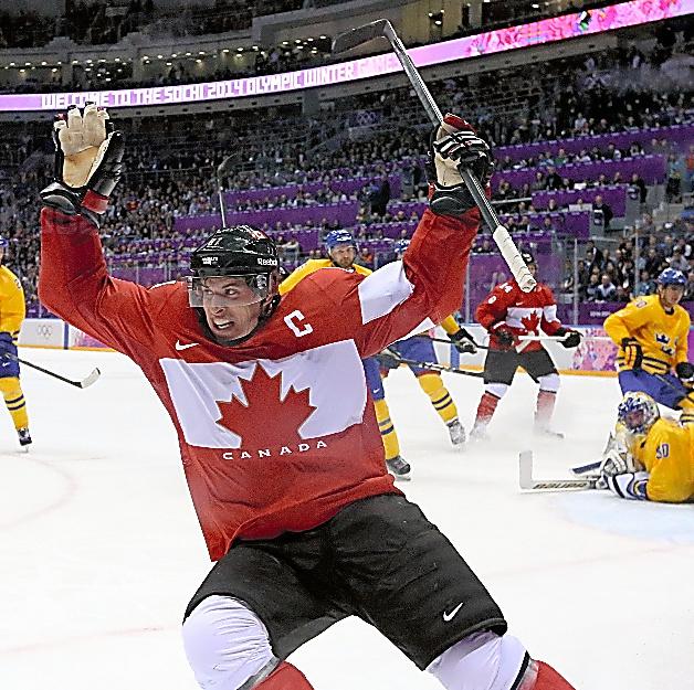 2014年ソチ五輪男子決勝でゴールを決めて喜ぶカナダのクロスビー