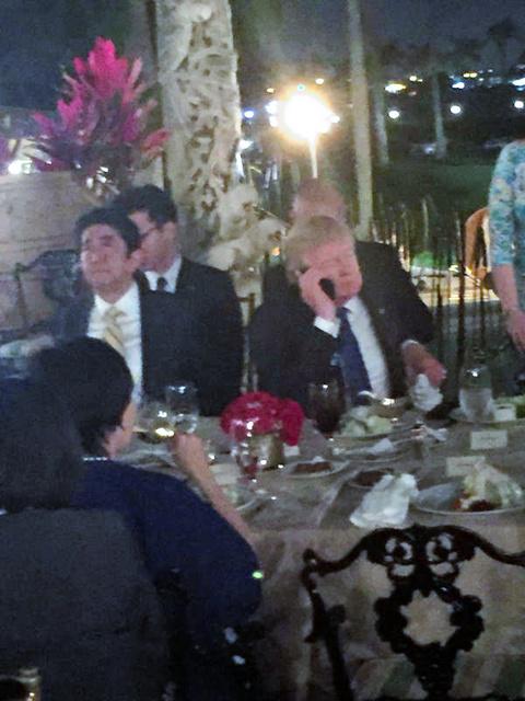 日米首脳会談中に北朝鮮にミサイルを発射され、安倍首相の横で電話するトランプ氏=会食に招かれた高級リゾート施設会員が撮影