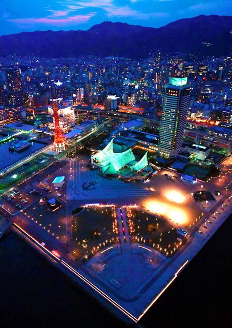 リニューアルオープンしたメリケンパーク。夜間の景観を演出するライトアップも始まった=5日夕、神戸市中央区、朝日新聞社ヘリから、遠藤真梨撮影