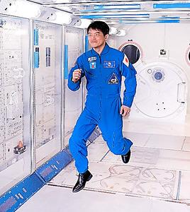 国際宇宙ステーションの実験棟「きぼう」の実物大模型の中でジャンプ。「浮いていた感覚は覚えていない。宇宙にいたのが夢のようです」=茨城県つくば市の筑波宇宙センター