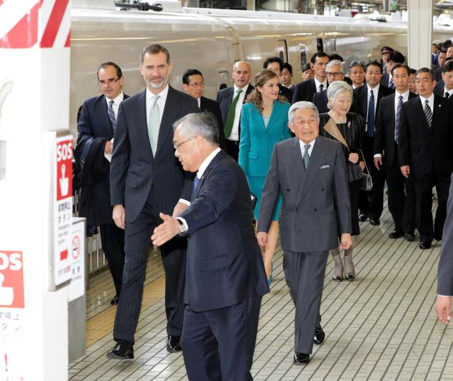 スペイン国王夫妻と静岡に向かう天皇、皇后両陛下=7日午前10時21分、JR東京駅、池田良撮影