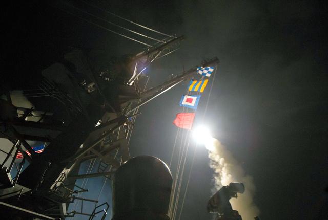 巡航ミサイル「トマホーク」を発射する米海軍駆逐艦ロス。米海軍提供=AP
