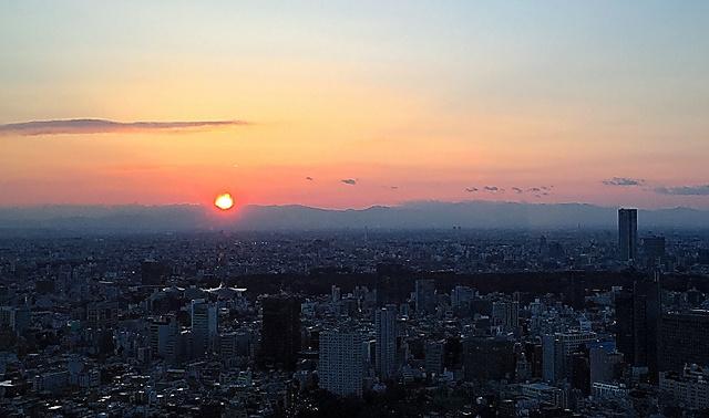ホテルのラウンジから眺めた夕陽。あっという間に沈んで行きました