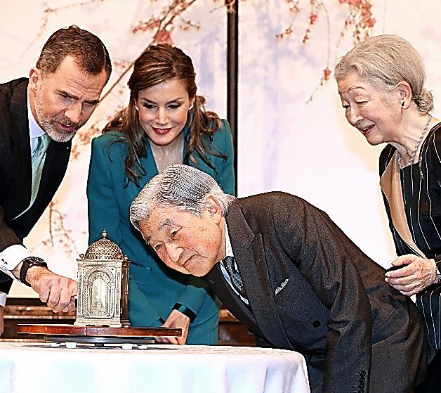 徳川家康の洋時計を見る天皇、皇后両陛下、スペインのフェリペ6世国王夫妻=7日午後、静岡市葵区の浮月楼、嶋田達也撮影