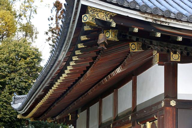 仁和寺金堂の軒下。垂木が三段になった三軒はきわめて珍しいという=京都市右京区、佐藤慈子撮影
