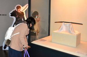 「燭台切光忠」を見学する女性=水戸市の徳川ミュージアム
