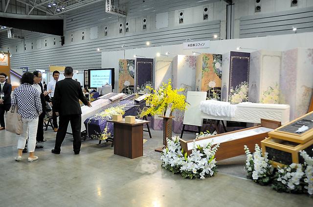 展示会「フューネラルビジネスフェア」の様子。棺専門会社のブースには、個性的な柄の棺も並んでいた=昨年7月、横浜市西区