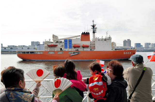 南極観測船「しらせ」の帰国を乗組員家族らが出迎えた=10日午前8時過ぎ、東京・晴海埠頭、中山由美撮影